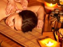 Donna che ottiene massaggio. Fotografia Stock Libera da Diritti
