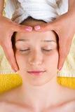 Donna che ottiene massaggio capo Fotografia Stock