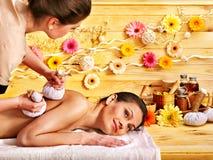 Donna che ottiene massaggio di erbe della sfera Fotografie Stock