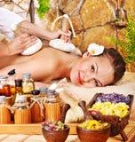 Donna che ottiene massaggio di erbe tailandese della compressa. Fotografia Stock Libera da Diritti