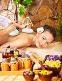 Donna che ottiene massaggio di erbe tailandese della compressa. immagini stock libere da diritti