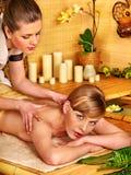 Donna che ottiene massaggio di pietra di terapia Immagini Stock Libere da Diritti