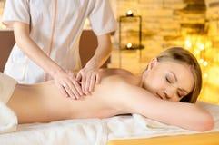 Donna che ottiene massaggio di ricreazione nel salone della stazione termale Immagini Stock Libere da Diritti