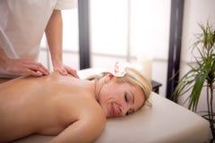 Donna che ottiene massaggio di ricreazione nel salone della stazione termale Fotografia Stock Libera da Diritti
