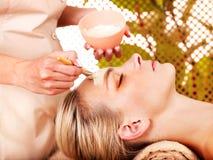 Donna che ottiene massaggio facciale. Fotografie Stock