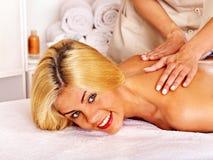 Donna che ottiene massaggio facciale Immagini Stock Libere da Diritti