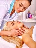Donna che ottiene massaggio facciale Fotografia Stock Libera da Diritti