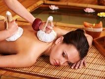 Donna che ottiene massaggio in stazione termale di bambù. Immagini Stock