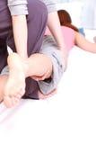 Donna che ottiene massaggio tailandese Immagine Stock Libera da Diritti