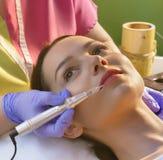 Donna che ottiene procedura del tatuaggio della pigmentazione fotografie stock libere da diritti