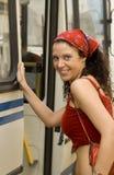 Donna che ottiene sul bus Fotografia Stock Libera da Diritti