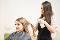 Donna che ottiene taglio di capelli in un salone fotografie stock libere da diritti