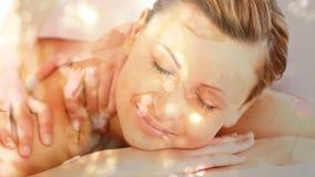 Donna che ottiene un massaggio stock footage