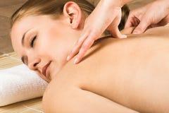 Donna che ottiene un massaggio immagine stock