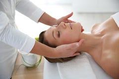 Donna che ottiene un massaggio facciale Immagini Stock Libere da Diritti