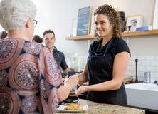 Donna che paga con Smartphone al caffè Fotografia Stock Libera da Diritti