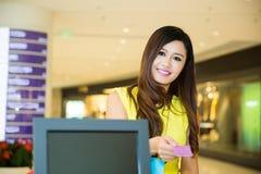 Donna che paga la carta di credito gli acquisti Immagine Stock Libera da Diritti