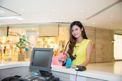 Donna che paga la carta di credito gli acquisti Immagine Stock