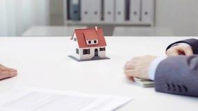 Donna che paga soldi all'agente immobiliare e che prende chiave della casa stock footage