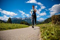 Donna che pareggia all'aperto Alpi delle dolomia dell'Italia Immagine Stock Libera da Diritti