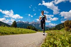 Donna che pareggia all'aperto Alpi delle dolomia dell'Italia Immagine Stock