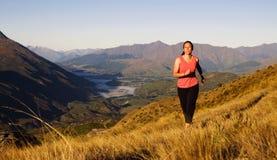 Donna che pareggia concetto scenico della bella montagna immagine stock