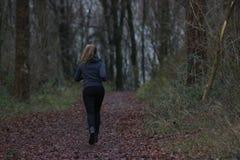 Donna che pareggia nella foresta Immagini Stock Libere da Diritti
