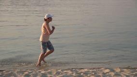 Donna che pareggia sulla spiaggia video d archivio