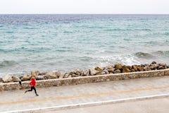 Donna che pareggia sulla via della città alla spiaggia Immagini Stock Libere da Diritti