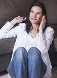 Donna che parla con telefono Fotografia Stock