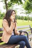 Donna che parla dal telefono. Fotografie Stock Libere da Diritti