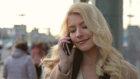 Donna che parla dal telefono in citt? archivi video