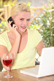 Donna che parla sul suo cellulare Fotografie Stock Libere da Diritti