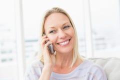 Donna che parla sul telefono cellulare in salone Immagini Stock Libere da Diritti