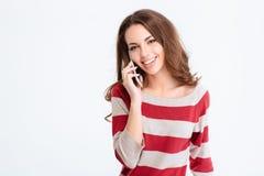 Donna che parla sul telefono e che esamina macchina fotografica Fotografia Stock Libera da Diritti