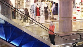 Donna che parla sul telefono nel centro commerciale. stock footage