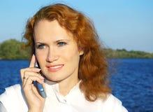 Donna che parla telefono mobile Fotografie Stock