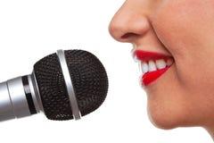 Donna che parla in un microfono immagine stock libera da diritti