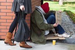 Donna che passa dal senzatetto immagini stock