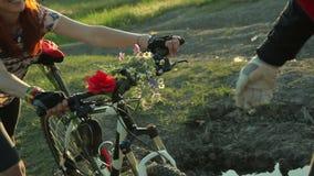 Donna che passa la sua bici al giovane archivi video