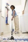 Donna che passa lo straccio sul pavimento Fotografie Stock Libere da Diritti