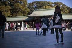 Donna che passeggia in tempio Immagini Stock