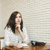 Donna che pensa sognando concetto di progetto di concentrazione fotografie stock