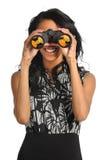 Donna che per mezzo del binocolo Fotografie Stock Libere da Diritti