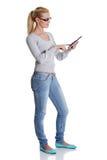 Donna che per mezzo del calcolatore del ridurre in pani Immagine Stock