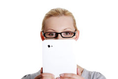 Donna che per mezzo del calcolatore del ridurre in pani Fotografia Stock Libera da Diritti