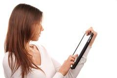 Donna che per mezzo del calcolatore del rilievo di tocco del ridurre in pani di Digitahi Fotografie Stock