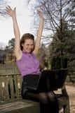Donna che per mezzo del computer portatile Immagine Stock Libera da Diritti