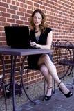 Donna che per mezzo del computer portatile Fotografia Stock Libera da Diritti