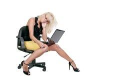 Donna che per mezzo del computer portatile Fotografia Stock